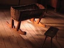 Craddle in een oud landbouwbedrijfhuis Royalty-vrije Stock Afbeeldingen