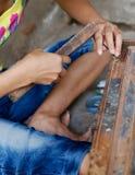 Crafstman che intaglia legno Fotografia Stock Libera da Diritti