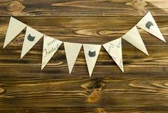 Craft a festão de papel do partido das bandeiras no fundo de madeira Imagens de Stock