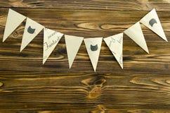 Craft a festão de papel do partido das bandeiras no fundo de madeira Imagem de Stock Royalty Free