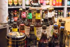 Craft garrafas de cerveja no mercado do Natal da cidade de Dusseldorf Fotos de Stock