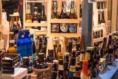 Craft garrafas de cerveja no mercado do Natal da cidade de Dusseldorf Imagens de Stock
