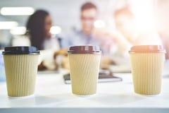 Craft a xícara de café de papel para ir com os colegas de trabalho no fundo Fotos de Stock