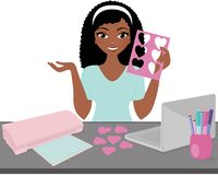 Crafter de la mujer en el escritorio del trabajo fotos de archivo
