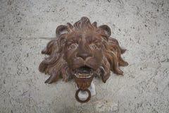 Crafting de aço rústico antigo do ferro da estátua da cabeça do leão com escultura da pedra do tijolo da parede, sino de porta hi Fotos de Stock Royalty Free