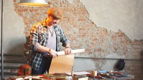 Crafting de couro a prática de fazer o couro em objetos do ofício video estoque
