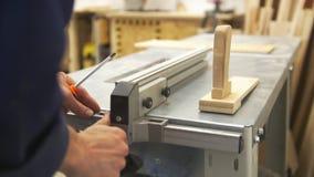 Craftman手运作的与使用细木工技术设备的一把螺丝刀一起使用在车间 股票录像