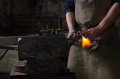 Craftman halten, Werkzeug zu schweißen in einer Hand Lizenzfreies Stockfoto
