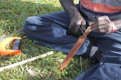 Craftman indigène d'Australiens indigènes faisant une lance indigène australienne en bois images stock