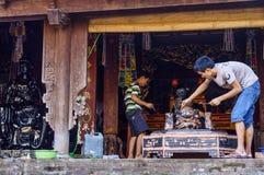 Craftman som gör den nya Buddhastatyn från trä Arkivbilder
