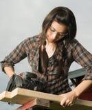 Craftsperson kobiety Uses kurenda Zobaczył Tnącego drewno Obraz Stock