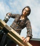 Craftsperson kobiety Uses władzy śrubokrętu musztrowanie Robić dziurę drewno Zdjęcie Stock