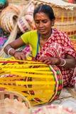 Craftswoman που δημιουργεί τα καλάθια καλάμων Στοκ Φωτογραφία
