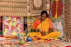 Craftswoman που δημιουργεί τα καλλιτεχνικά στοιχεία Στοκ Εικόνες