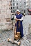 Craftswoman που λειτουργεί στη μεσαιωνική αγορά τεχνών στοκ εικόνες