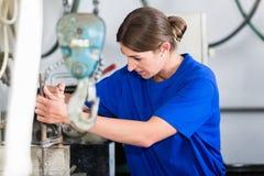 Craftswoman в мастерской stonemason Стоковые Фото