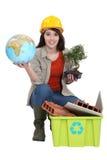 Craftswoman che posa con il riciclaggio della vasca Fotografie Stock Libere da Diritti