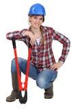 Craftswoman che tiene una chiave enorme Fotografie Stock Libere da Diritti