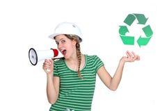 Craftswoman die een recyclingsetiket houdt Stock Fotografie