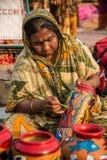 Craftswoman het schilderen Ambachten Stock Afbeeldingen