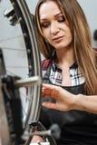 Craftswoman implicato che prende le misure di alta precisione delle dimensioni fotografia stock