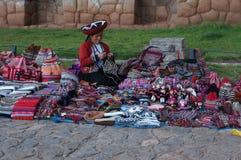 Craftswoman no Peru Foto de Stock