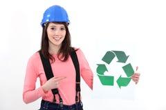 Craftswoman que mostra recicl o logotipo Fotografia de Stock Royalty Free