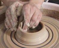 craftsworker陶瓷技师的手特写镜头铸造在h的一个花瓶 库存照片