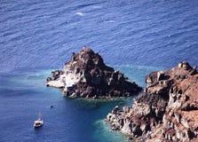 Craggy Küstenlinie von Santorini, Griechenland lizenzfreie stockfotos