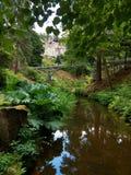 Cragside uprawia ogródek w Northumberland z odbiciami w strumieniu Fotografia Royalty Free