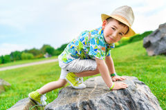 Cragsman do menino de cinco anos, treinando para ascensão Imagem de Stock