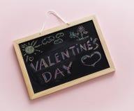 Craie écrite sur le tableau noir, lettrage de jour de valentines Images libres de droits