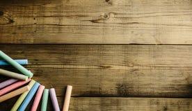 Craie colorée sur la table en bois Photo libre de droits