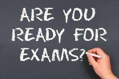 Craie d'écriture de main sur un texte de tableau noir : Êtes vous préparez pour l'examen image stock