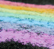 Craie d'arc-en-ciel sur le trottoir Image libre de droits