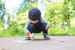 Craie de dessin mignonne de petit garçon Photo libre de droits