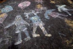 Craie de trottoir des gosses heureux Image libre de droits