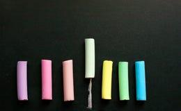 Craie multicolore sur l'ardoise photo stock
