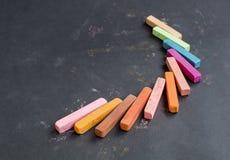 Craie multicolore sur un fond noir photographie stock libre de droits