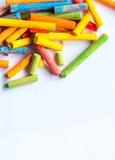 Craie vibrante de colourd sur un fond blanc Photo stock
