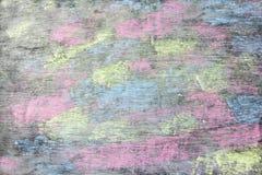 Craies colorées sur le fond de tableau noir Photos libres de droits