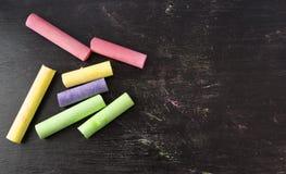 Craies colorées sur le fond de tableau noir Image libre de droits