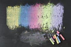 Craies colorées sur le fond de tableau noir Images libres de droits