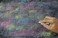 Craies colorées sur le fond de tableau noir Photo libre de droits