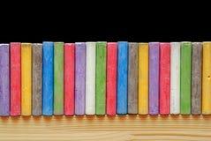 Craies de couleur disposées dans la ligne Photographie stock libre de droits