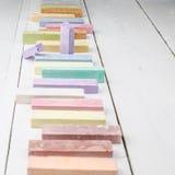 Craies sur la table en bois blanche Photos libres de droits