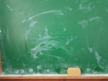 Craies vertes de conseil dans une salle de classe Photos libres de droits