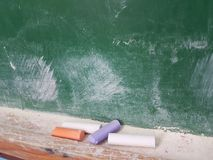 Craies vertes de conseil dans une salle de classe Photographie stock