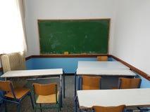 Craies vertes de conseil dans une salle de classe Photographie stock libre de droits