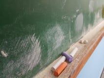 Craies vertes de conseil dans une salle de classe Photo libre de droits